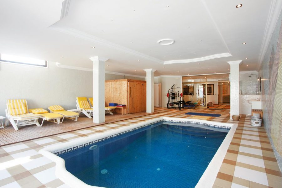 Marbella: Cortijo classic residence with indoor pool